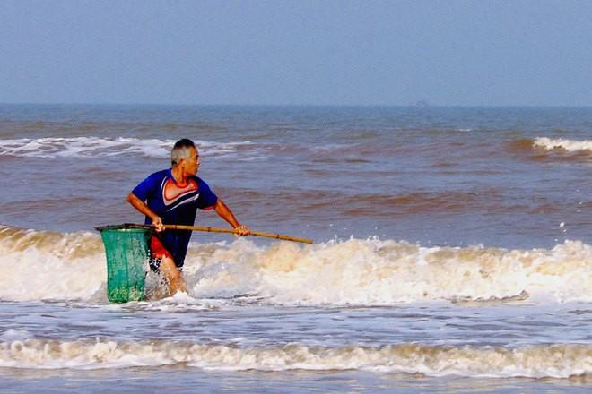 [ẢNH] Người dân ở Hà Tĩnh đổ ra biển vớt sò lông - ảnh 2