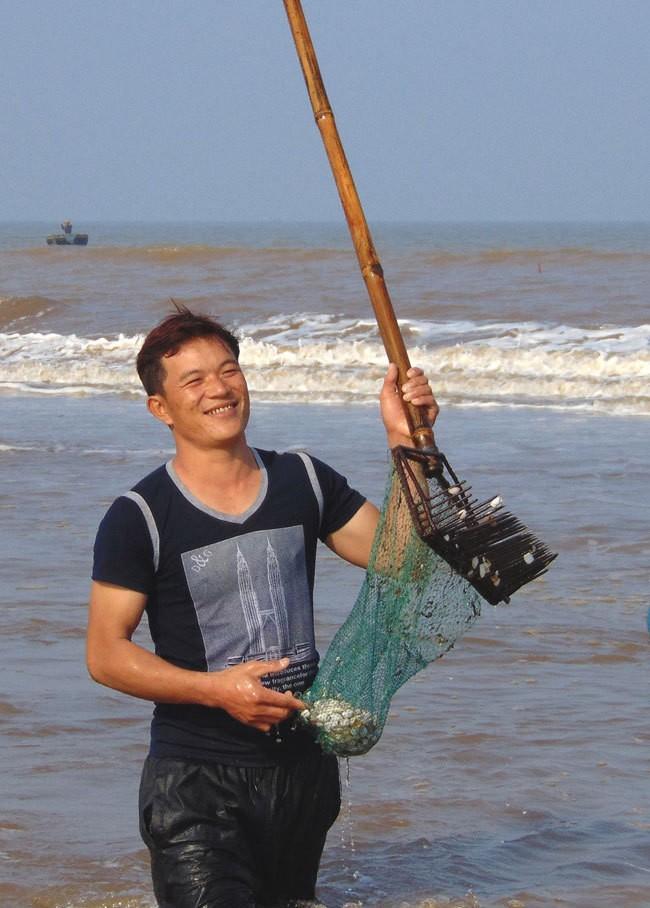 [ẢNH] Người dân ở Hà Tĩnh đổ ra biển vớt sò lông - ảnh 3