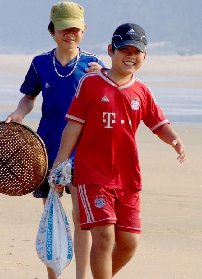 [ẢNH] Người dân ở Hà Tĩnh đổ ra biển vớt sò lông - ảnh 6