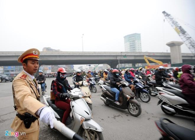 Cảnh tắc đường ở ngã tư 'khốn khổ' nhất Hà Nội - ảnh 10