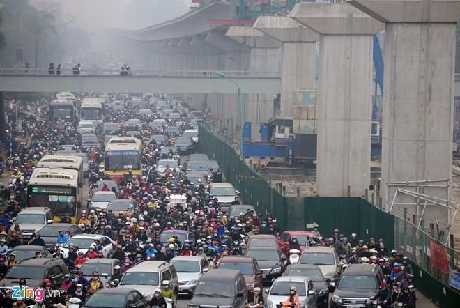 Cảnh tắc đường ở ngã tư 'khốn khổ' nhất Hà Nội - ảnh 1