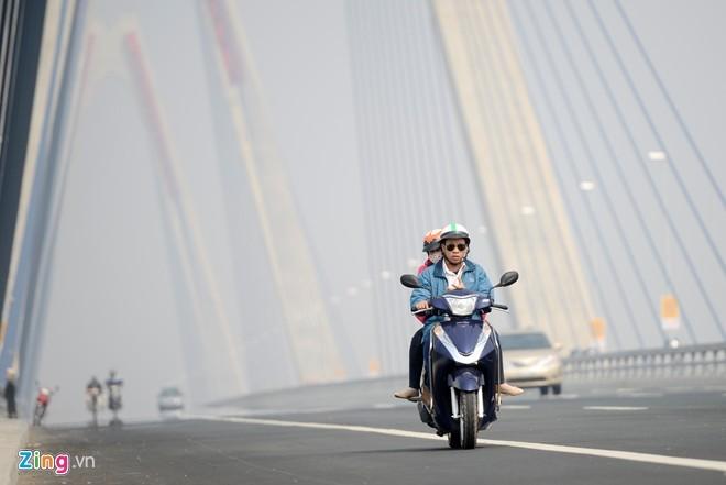 Cầu dây văng dài nhất Việt Nam mù sương giữa trưa - ảnh 1