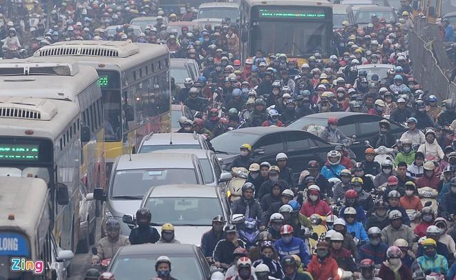 Cảnh tắc đường ở ngã tư 'khốn khổ' nhất Hà Nội - ảnh 3