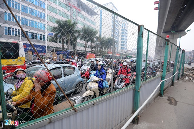 Cảnh tắc đường ở ngã tư 'khốn khổ' nhất Hà Nội - ảnh 4