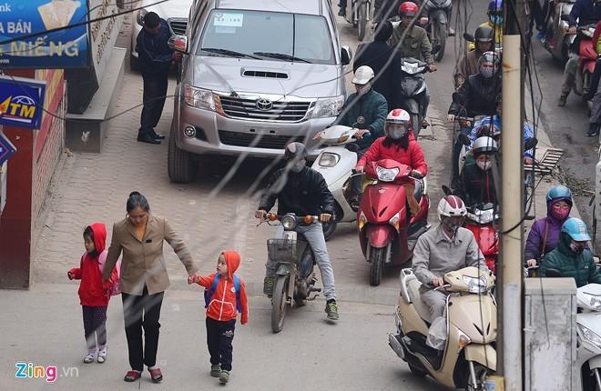 Cảnh tắc đường ở ngã tư 'khốn khổ' nhất Hà Nội - ảnh 9