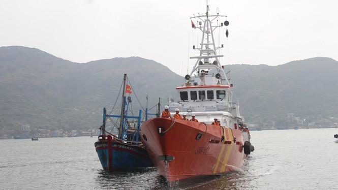 Cứu hộ thành công tàu cá bị nạn ở Hoàng Sa - ảnh 1