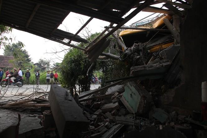 Xe tải tông chết người rồi đâm sập nhà dân - ảnh 1