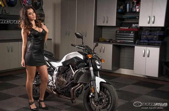 Đỏ mặt với siêu mẫu khoe thân bên Yamaha FZ-07 - ảnh 6