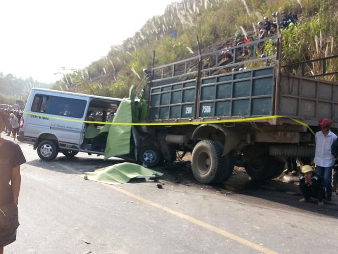 Xe khách đấu đầu xe tải, ít nhất 8 người chết - ảnh 1