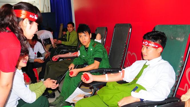 Rất đông bạn trẻ hiến máu tại Nghệ An - ảnh 6