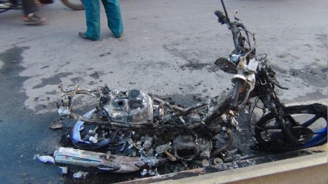 Xe máy cháy trơ khung, vợ chồng nhảy vội xuống đường - ảnh 1