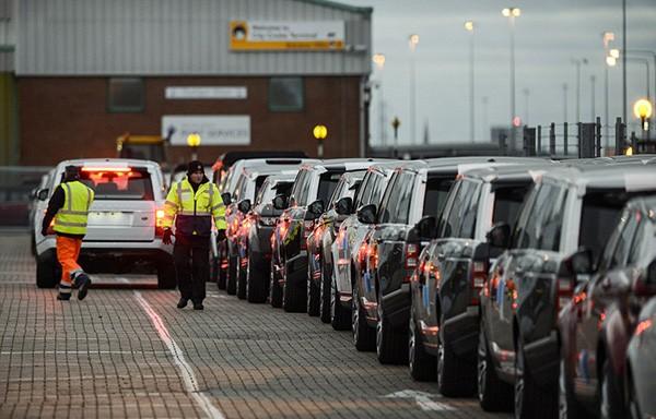 Tàu gặp nạn, hàng trăm xe sang Jaguar Land Rover móp méo  - ảnh 10