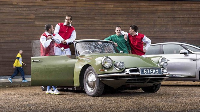 Cầu thủ Arsenal quảng cáo cho xe Citroen cổ - ảnh 1