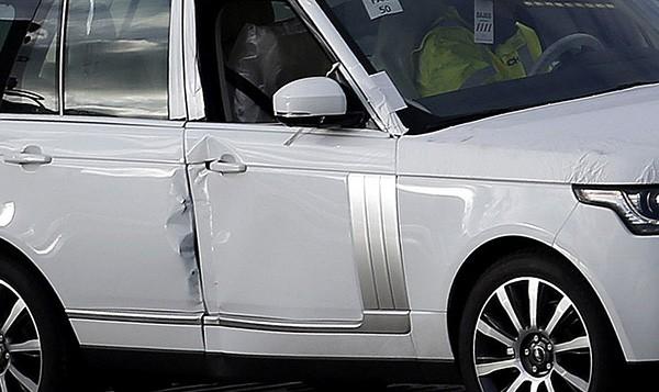 Tàu gặp nạn, hàng trăm xe sang Jaguar Land Rover móp méo  - ảnh 1