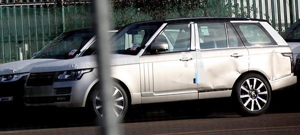 Tàu gặp nạn, hàng trăm xe sang Jaguar Land Rover móp méo  - ảnh 3