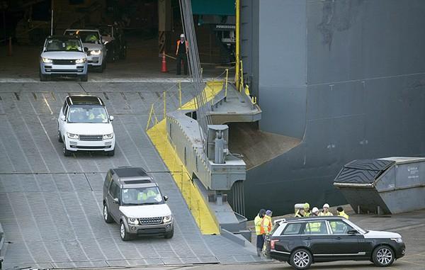 Tàu gặp nạn, hàng trăm xe sang Jaguar Land Rover móp méo  - ảnh 4