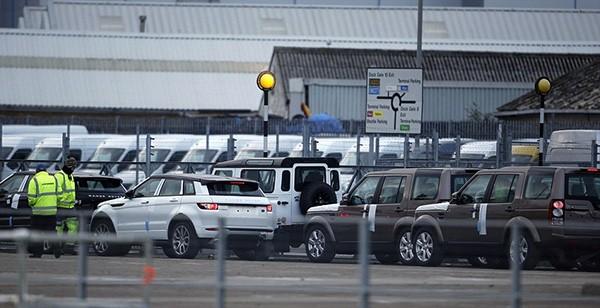 Tàu gặp nạn, hàng trăm xe sang Jaguar Land Rover móp méo  - ảnh 5
