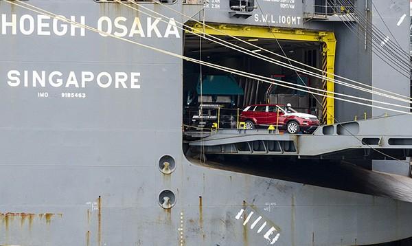 Tàu gặp nạn, hàng trăm xe sang Jaguar Land Rover móp méo  - ảnh 7