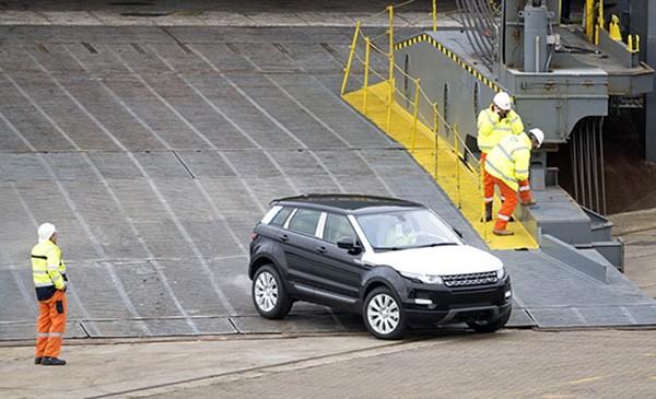 Tàu gặp nạn, hàng trăm xe sang Jaguar Land Rover móp méo  - ảnh 8