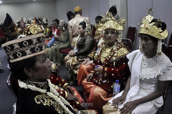 Rước 5.000 cô dâu bằng xe bọc thép - ảnh 1