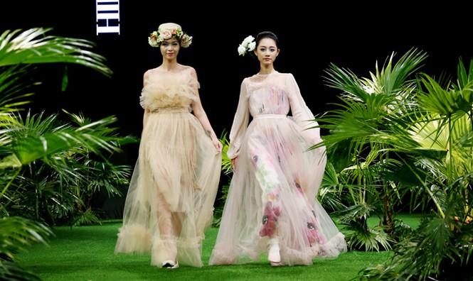 Vietnam Fashion Week: Xanh mướt xuân hè châu Á nhiệt đới mới - ảnh 5