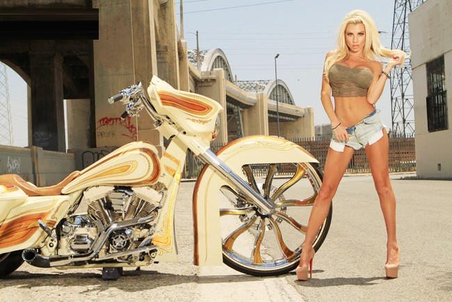 Vũ điều đường cong nóng bỏng bên Harley - ảnh 9