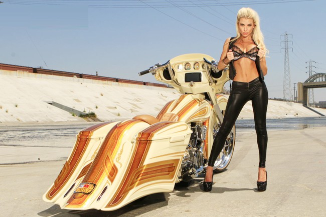 Vũ điều đường cong nóng bỏng bên Harley - ảnh 3