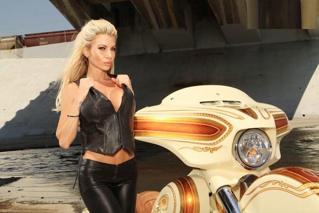 Vũ điều đường cong nóng bỏng bên Harley - ảnh 4