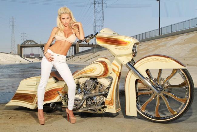 Vũ điều đường cong nóng bỏng bên Harley - ảnh 7