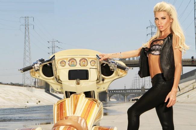 Vũ điều đường cong nóng bỏng bên Harley - ảnh 1