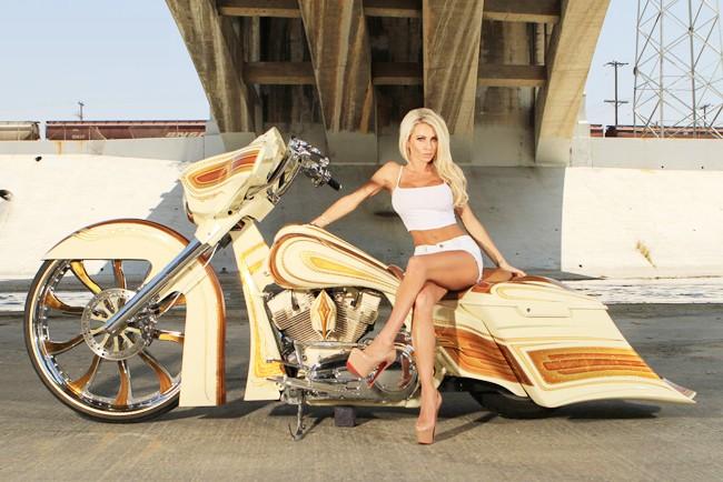 Vũ điều đường cong nóng bỏng bên Harley - ảnh 11