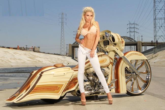 Vũ điều đường cong nóng bỏng bên Harley - ảnh 5