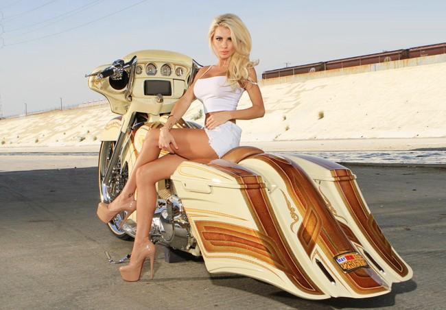Vũ điều đường cong nóng bỏng bên Harley - ảnh 12