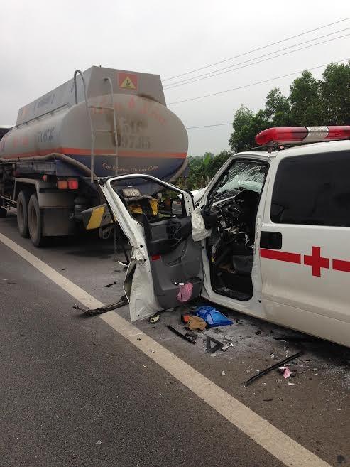 Xe cứu thương đâm xe bồn, tài xế tử nạn - ảnh 1