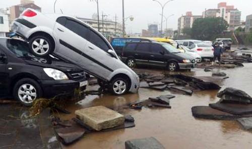 Hàng loạt ôtô bị cuốn trôi xuống sông Hàn Quốc - ảnh 3