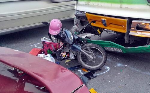 Cô gái mắc kẹt giữa 2 ôtô sau tai nạn - ảnh 1