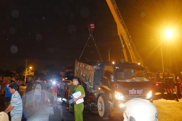 Dùng cẩu nhấc xe tải, đưa thi thể hai thanh niên ra ngoài - ảnh 1