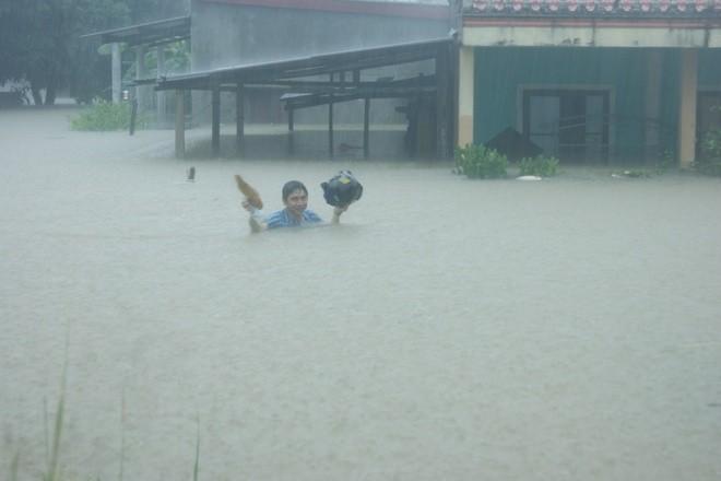 Kinh hãi cảnh lụt ngập nóc nhà ở Quảng Bình - ảnh 1