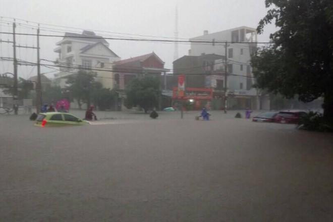 Kinh hãi cảnh lụt ngập nóc nhà ở Quảng Bình - ảnh 2