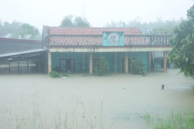 Kinh hãi cảnh lụt ngập nóc nhà ở Quảng Bình - ảnh 4