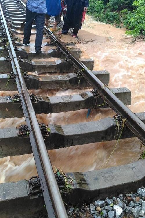 Kinh hãi cảnh lụt ngập nóc nhà ở Quảng Bình - ảnh 6