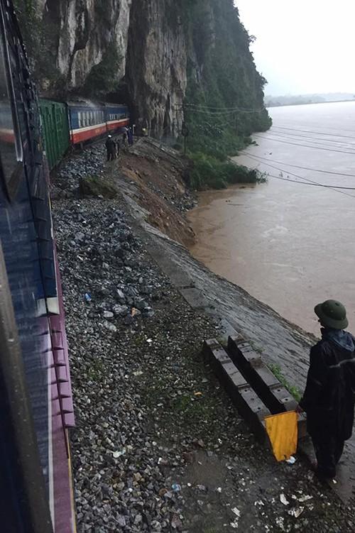 Kinh hãi cảnh lụt ngập nóc nhà ở Quảng Bình - ảnh 7