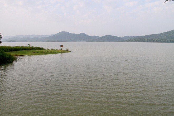 Mục kích xả tràn hồ Kẻ Gỗ, sẵn sàng sơ tán 2.000 dân - ảnh 1