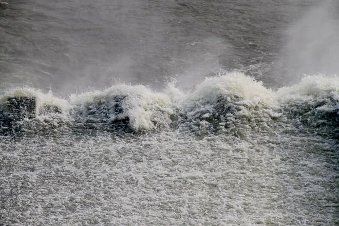 Mục kích xả tràn hồ Kẻ Gỗ, sẵn sàng sơ tán 2.000 dân - ảnh 9
