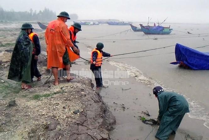 Theo chân bộ đội cứu dân vùng lũ lụt - ảnh 2