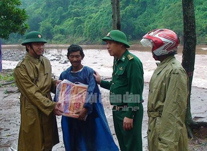 Theo chân bộ đội cứu dân vùng lũ lụt - ảnh 3