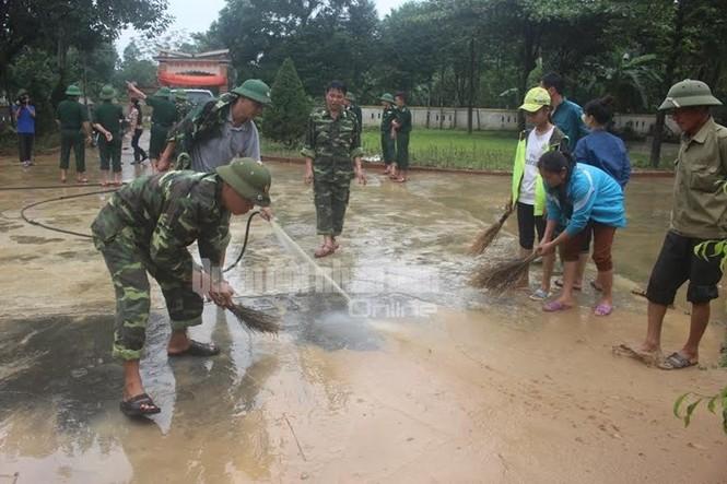 Theo chân bộ đội cứu dân vùng lũ lụt - ảnh 4