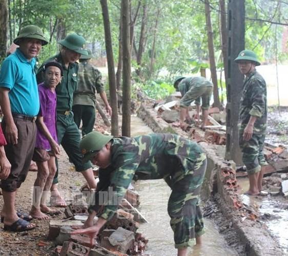 Theo chân bộ đội cứu dân vùng lũ lụt - ảnh 5