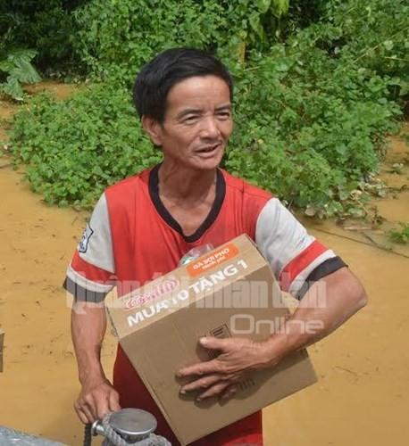 Theo chân bộ đội cứu dân vùng lũ lụt - ảnh 7