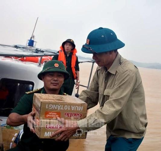 Theo chân bộ đội cứu dân vùng lũ lụt - ảnh 8